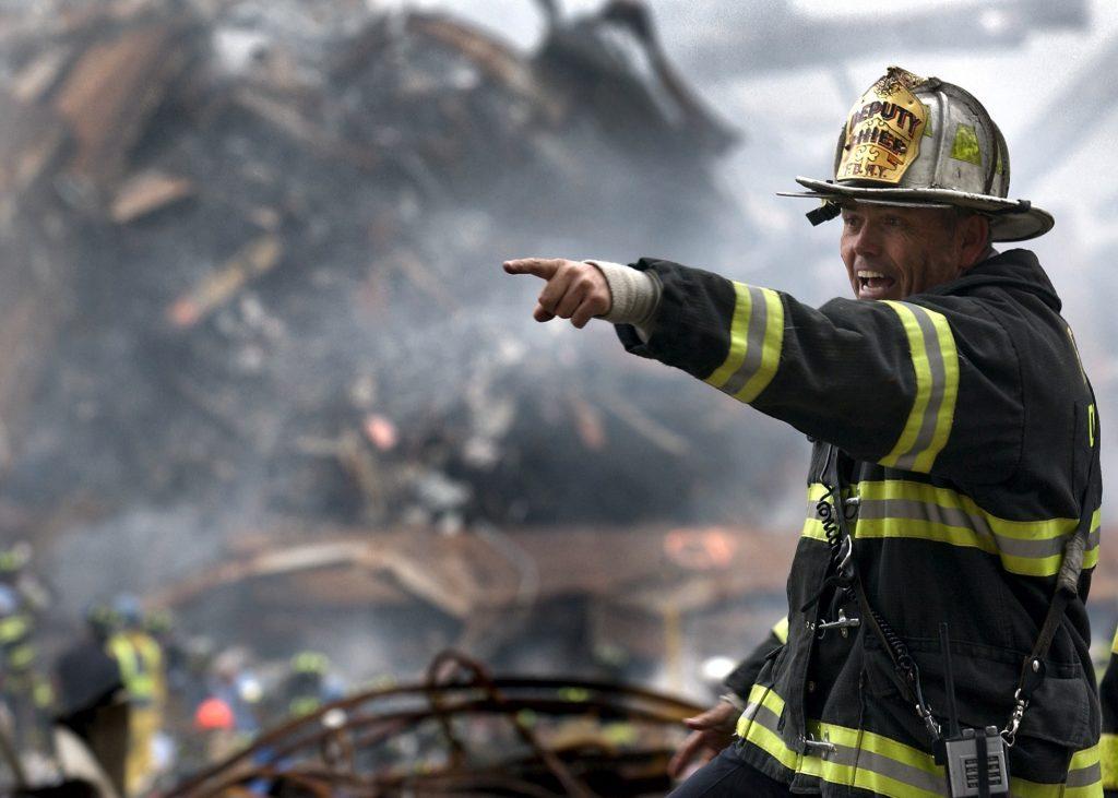Brandweerman in bluspak